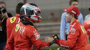 Vettel felicita a Leclerc tras la calificación en Bahréin.