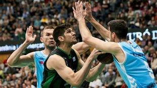 Todorovic intenta buscar el aro presionado por Sulejmanovic y Vidal en...