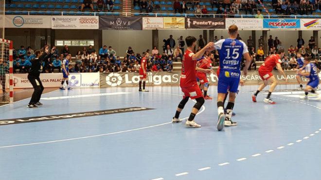 Un momento del partido entre el Teucro y el Huesca /