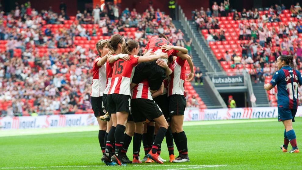 Las jugadoras del Athletic Club celebran un gol ante el Levante en San...