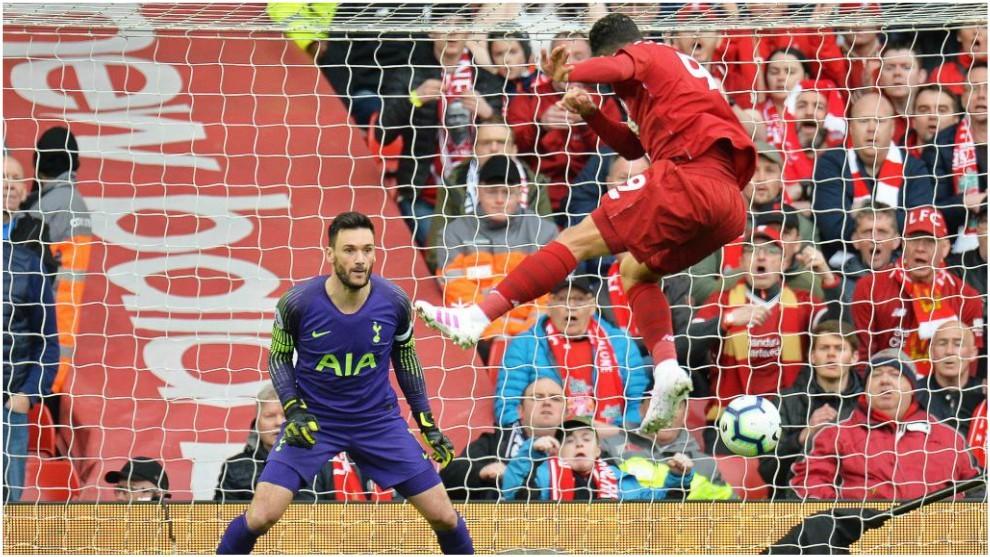 Roberto Firmino marca, de cabeza, el 1-0 del Liverpool.