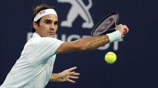 Roger Federer pega de revés durante un partido en Miami.