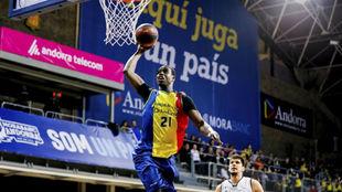 Moussa Diagné se dispone a hacer un mate.