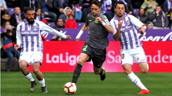 Januzaj se marcha entre dos jugadores del Valladolid.