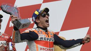 Marc Márquez celebra su triunfo en el podio.