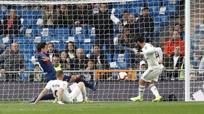 Isco, en el momento de marcar ante el Huesca.
