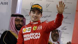 Leclerc, en el podio del circuito de Sakhir.