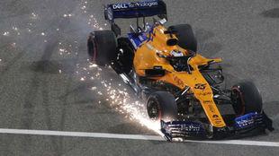Carlos Sainz, con el alerón roto y el neumático pinchado tras su...