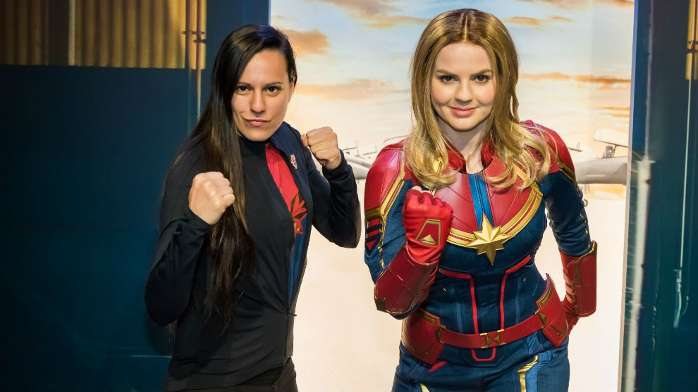 Joana Pastrana, junto a quien encarna a Capitana Marvel en Disneyland...
