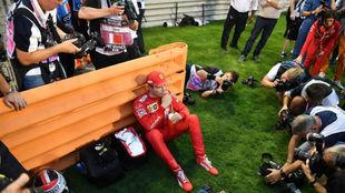 Leclerc, rodeado de fotógrafos antes del GP de Bahréin.