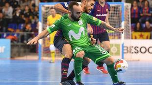 Ricardinho y Adolfo, bajas en el partido de este martes, disputan un...