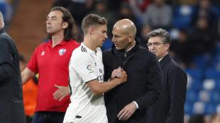 Llorente y Zidane se saludan en el duelo ante el Huesca.
