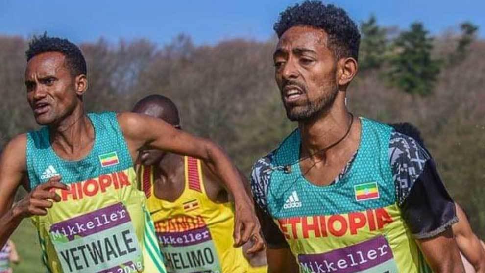 Los atletas etíopes Getnet Yetwale y Dinkalem Ayele corriendo el...
