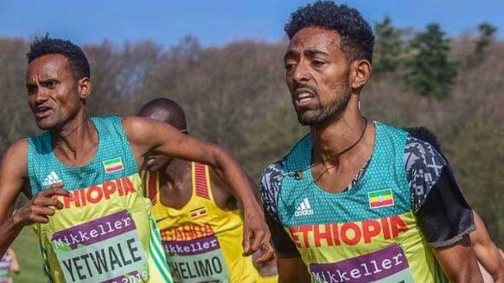 Los atletas etopes Getnet Yetwale y Dinkalem Ayele corriendo el