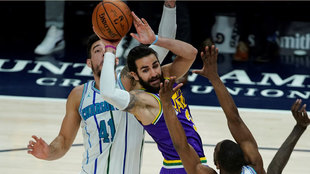 Ricky Rubio intenta pasar ante Willy Hernangómez y Kemba Walker
