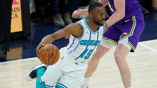Kemba Walker intenta pasar ante la defensa de Ingles