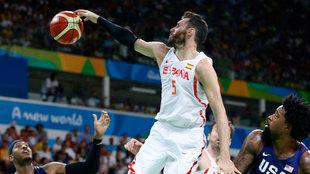 Rudy tapona un lanzamiento de Carmelo Anthony en los Juegos de Río