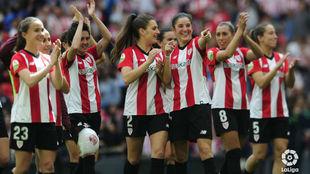 Las jugadoras del Athletic Club saludan al público en San Mamés.