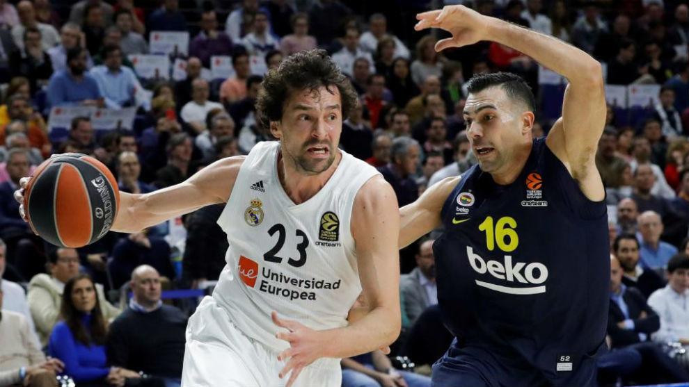 Sergio Llull trata de superar la defensa de Kostas Sloukas.