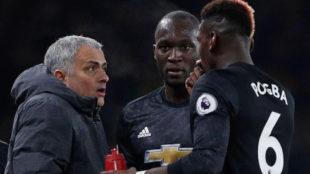 Mourinho habla con Poga en un partido.