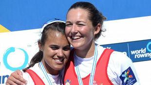 Anna Boada, a la derecha, se abraza a Aina Cid en el Mundial.