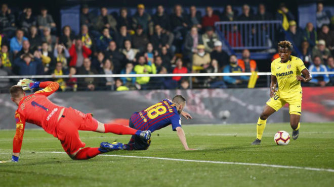 Samu Chukwueze shoots after fooling Jordi Alba and Marc-Andre ter...