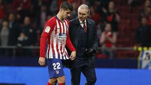 Morata se retira del céeped junto al doctor Celada.
