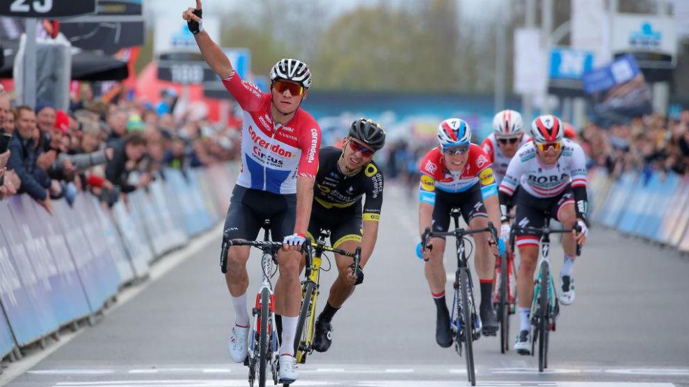 Van der Poel celebrando el triunfo en meta.