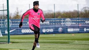 Neymar entrena con el PSG.