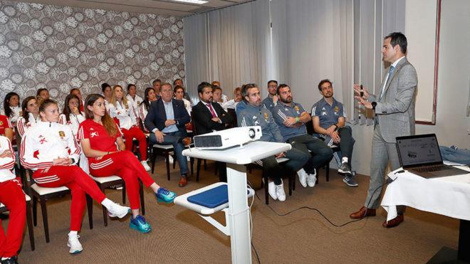 Velasco Carballo habla a las internacionales y al cuerpo técnico.