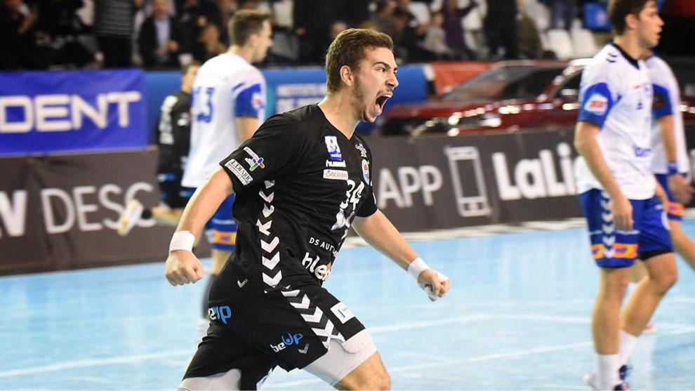 Nacho Valles celebra un gol con el Sinfín /