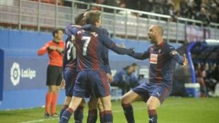 Los jugadores del Eibar celebran el gol de Pedro León.