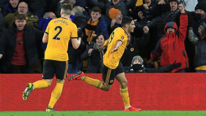 Raúl Jiménez celebra con Doherty un gol de los 'Wolves'.
