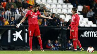 Karim Benzema y Luka Modric, discutiendo durante el partido de ayer.