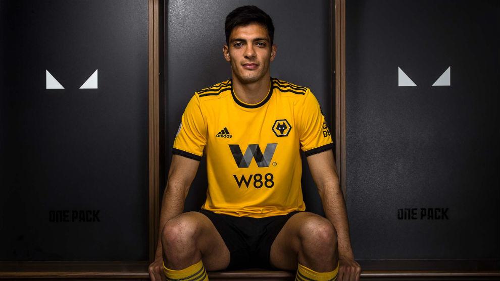 Raúl Jiménez, en el anuncio de su firma por el Wolverhampton.