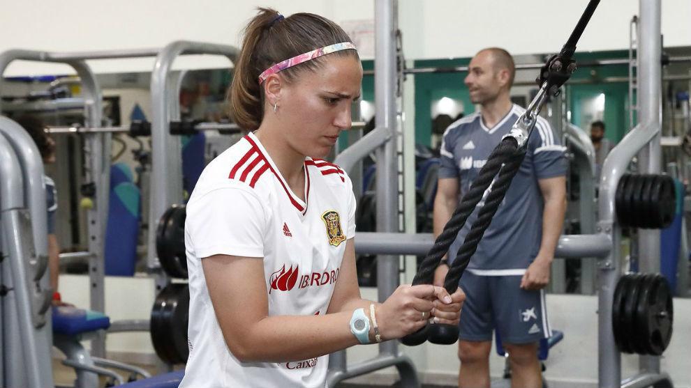 Sara Serrat entrena en el gimnasio a su llegada a la selección.