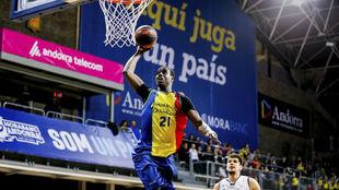 Moussa Diagné se dispone a hacer un mate en un partido ante el Divina...