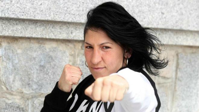 Miriam Gutiérrez lanza el puño.