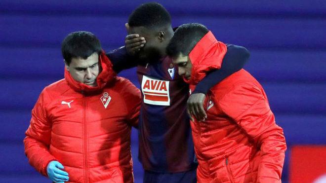 Diop se retira lesionado del partido contra el Rayo Vallecano.