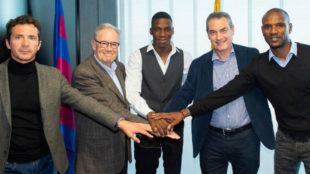 Ilaix, con directivos y ejecutivos del club después de la firma.