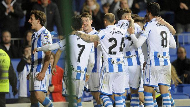 Los jugadores de la Real Sociedad celebran el tanto de Oyarzabal ante...