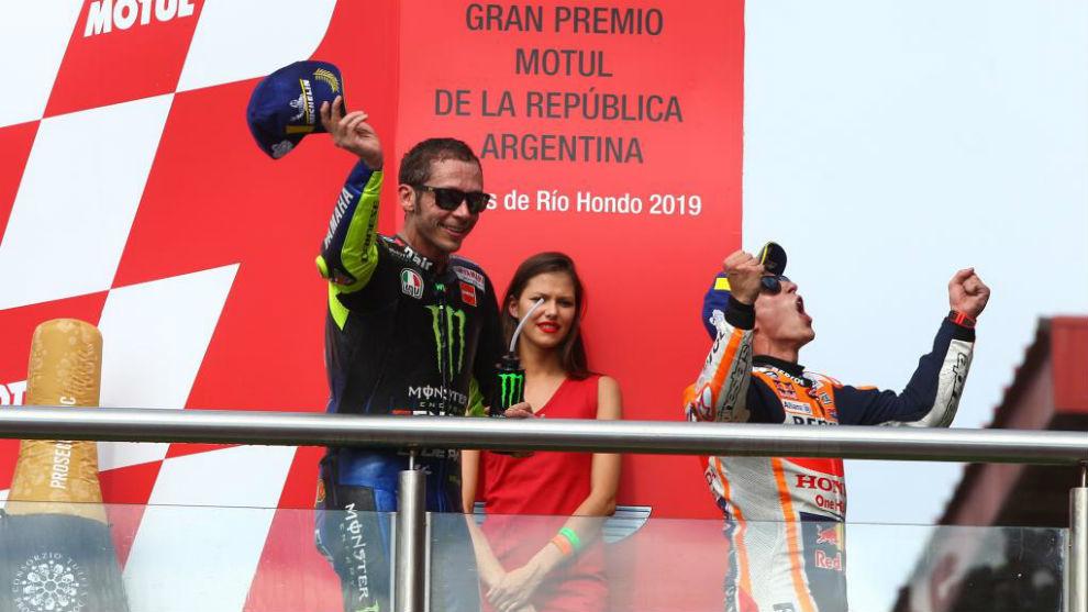 Rossi y Márquez, en el podio de Termas.
