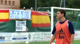 Fernando Redondo, ante una pancarta de apoyo de algunos aficionados...