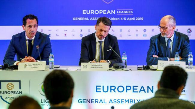 Olsson; el secretario general Pangl (c), y el presidente de la...