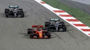 Bottas, adelantado por Charles Leclerc, en el inicio del GP de...