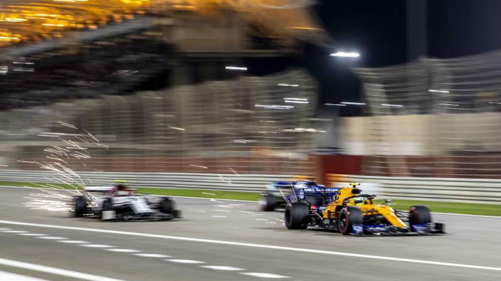 Norris y Raikkonen adelantan a uno de los Toro Rosso durante el GP de...
