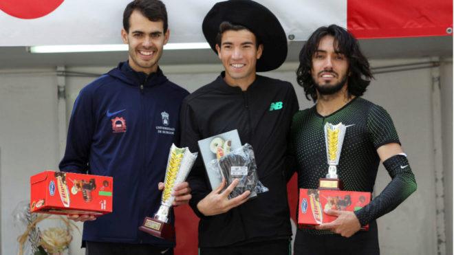 Adel Mechaal, con Fernando Carro y Daniel Arce, en el podio