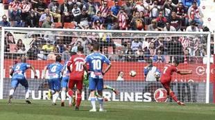 Stuani marca de penalti ante el Espanyol.