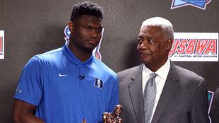 Zion Williamon con Oscar Robertson al recibir el trofeo al Mejor...