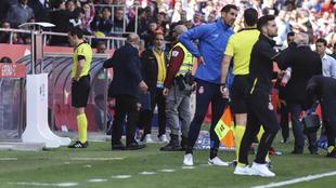El árbitro consulta el VAR.